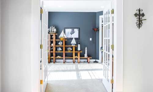 puertas pintelás del mismo color que las paredes