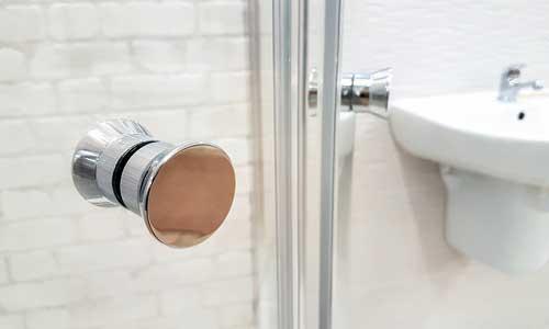 en los baños sustituya la grifería